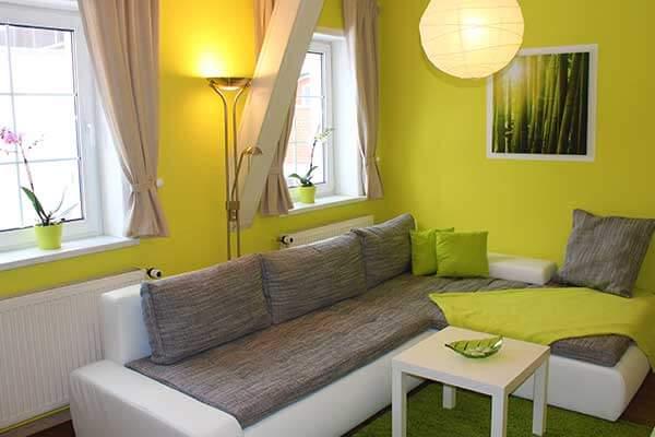 Bild Ferienwohnung Spreewald - Libelle Wohnzimmer Couch mit Blick zum Fenster