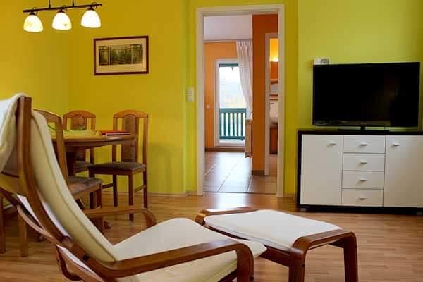 Bild Ferienwohnung Spreewald - Nachtigall Wohnzimmer mit Blick zur Küche und Esstisch